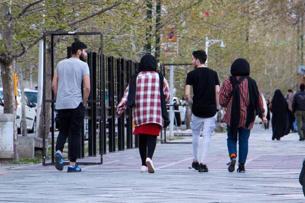 چند جوان مشغول قدم زدن در پارک ساعی